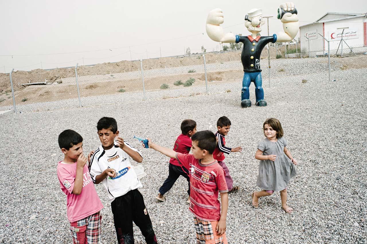 Felix Kleymmann begleitete Flüchtlinge auf ihrem Weg vom Nordirak bis nach Deutschland. Hier: Kinder auf dem Spielplatz des Flüchtlingscamps Kuschtapa in der Nähe von Erbil im Irak.
