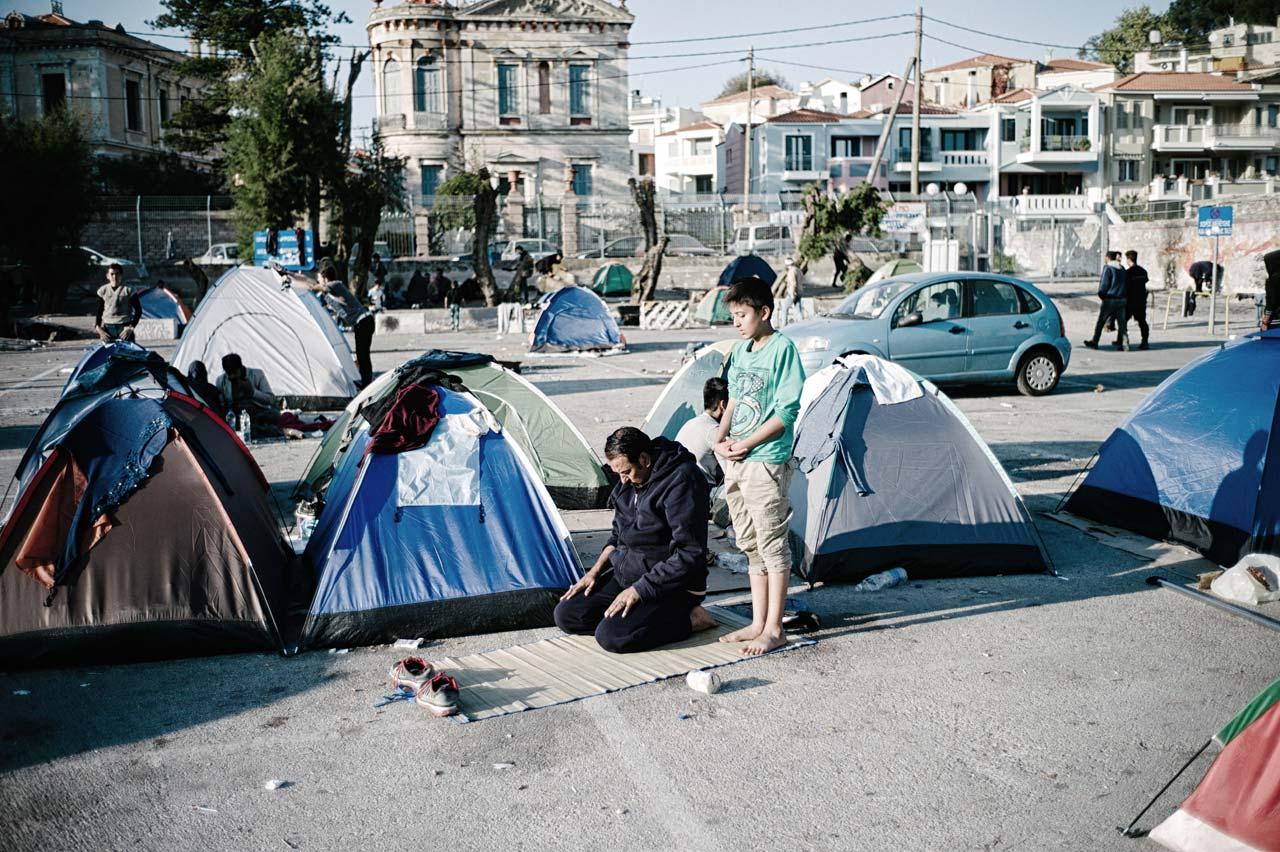 Sind die Flüchtlingscamps auf Lesbos überfüllt, müssen die Menschen in Zelten oder auf der Straße übernachten. Foto: Felix Kleymann