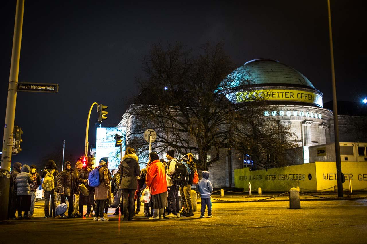Eine Gruppe Flüchtlinge ist nachts auf dem Weg zur Hamburger Kunsthalle (im Hintergrund). Dort wurden Schlafräume für durchreisende Flüchtlinge eingerichtet, die erst am nächsten Tag weiterreisen können. Foto: Philipp Reiss