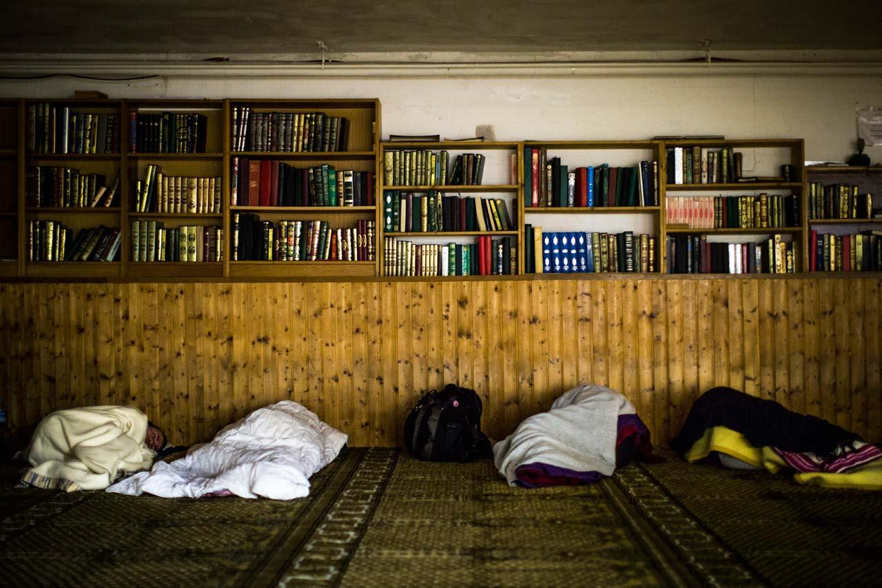 Am Eingang der Al-Nour Moschee bekommt jeder eine Decke und sucht sich dann einen Platz auf dem Gebetsteppich. Foto: Philipp Reiss