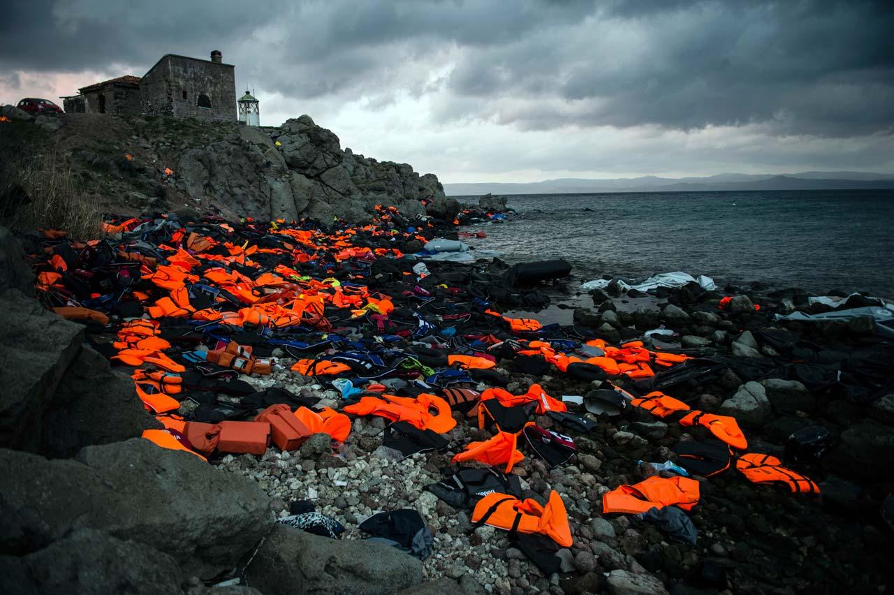 Zurückgelassene Schwimmwesten und -reifen an der Küste der griechischen Insel Lesbos, 21.11.2015. Foto: Sandra Hoyn