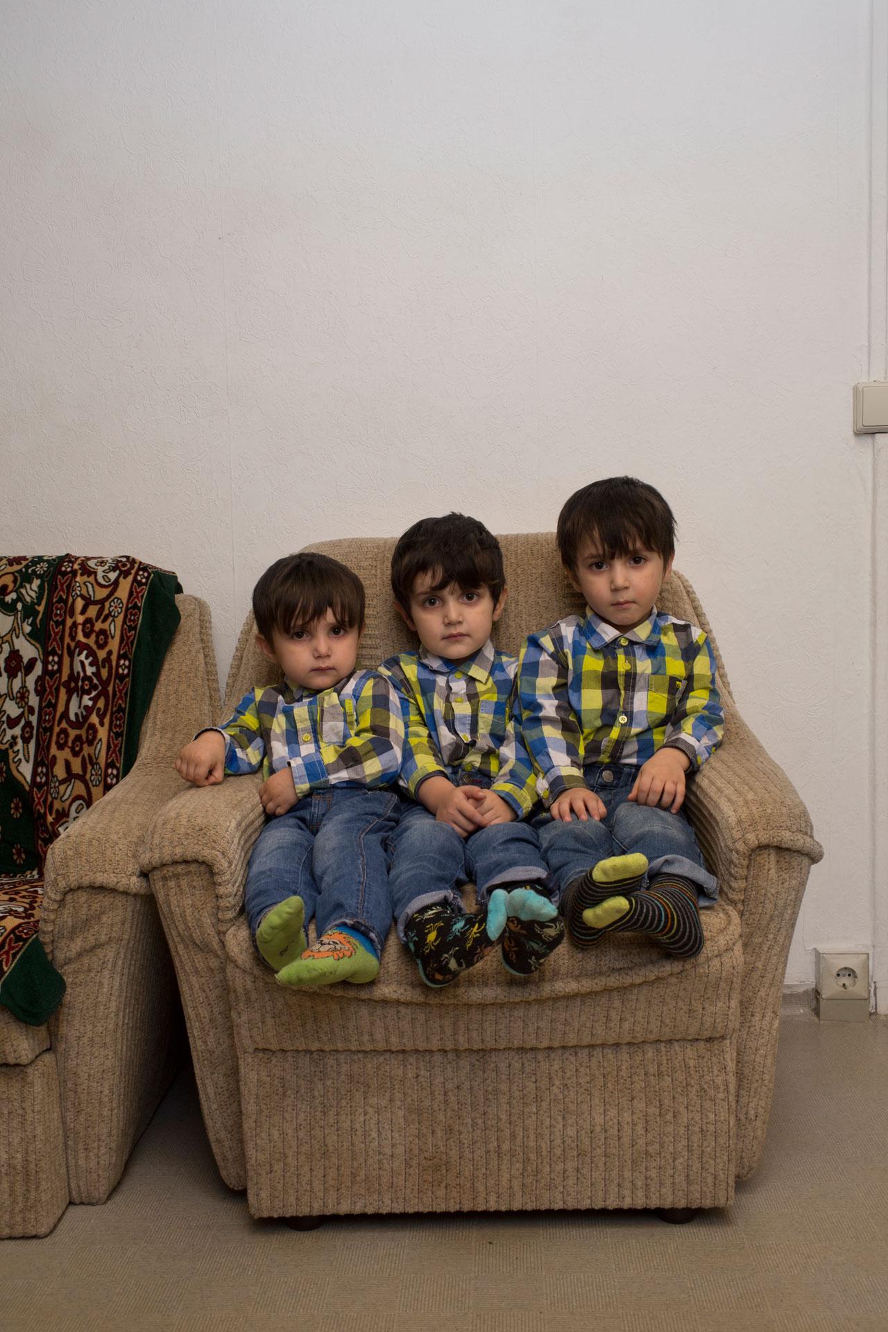 Ibragim, 5, Ilijas, 4, und Issa, 3, aus Tschetschenien. Foto: Vanessa Nicette