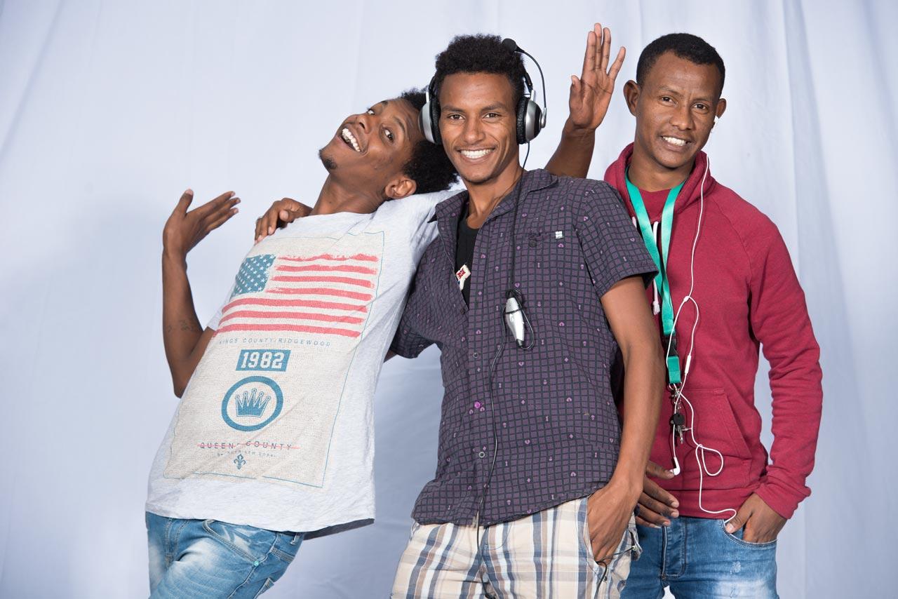 Rheinstetten, DEU, 26.09.2015: V.l.n.r.: Gergshi Biniam aus Eritrea, lebt seit 5 Monaten in Deutschland, mitte Pietros Eyob aus Eritrea und lebt seit 5 Monaten in Deutschland und Abraham Kahsay aus Eritrea und lebt seit 8 Monaten in Deutschland. FOTO: Gustavo ALABISO[CREDIT/Copyright: (c) Gustavo Alabiso - Heckenweg 55 - 76199 Karlsruhe - Germany - Mobil: +49-0-170/2108004 - WEB: www.alabiso-archiv.de - e-mail: foto@alabiso.de - Veroeffentlichung nur gegen Honorar, gemaess derzeit gueltiger MFM Liste, Urhebervermerk und Belegexemplar. Verwendung des Bildes ausserhalb journalistischer Berichterstattung bedarf besonderer Vereinbarung. - Bank: Sparkasse Karlsruhe BLZ 660 501 01 Konto 22280341 IBAN: DE62 6605 0101 0022 2803 41 SWIFT - BIC: KARSDE66]