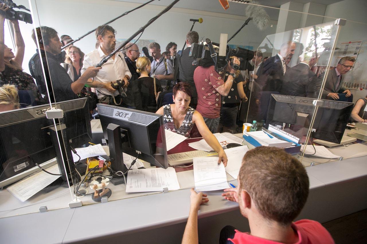 Presserummel beim Besuch des Innenministers Thomas de Maizière im Lager für Flüchtlinge und Asylanten in Eisenhüttenstadt am 13. August 2015. Foto: David Baltzer/Zenit