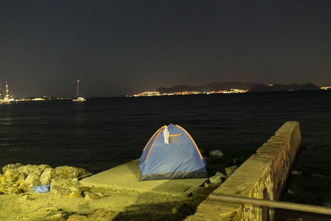 Flüchtlinge, die mit Booten von der türkischen Küste über das Meer gekommen sind, schlafen und zelten an der Strandpromenade der griechischen Insel Kos. Foto: David Baltzer/Zenit
