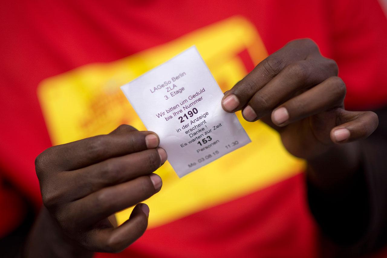 Asylsuchender aus Somalia mit seiner Wartenummer in der Zentralen Aufnahmeeinrichtung des Landes Berlin fuer Asylbewerber (Lageso), in Berlin Tiergarten. Foto: Stefan Boness/Ipon