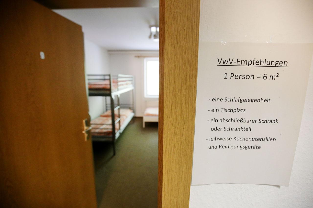 Tag der Offenen Tür in der Siedlung Rossendorf, in der Flüchtlinge wohnen werden, die Liste mit der Zimmerausstattung ist schon gedruckt. Foto: Thorsten Eckert