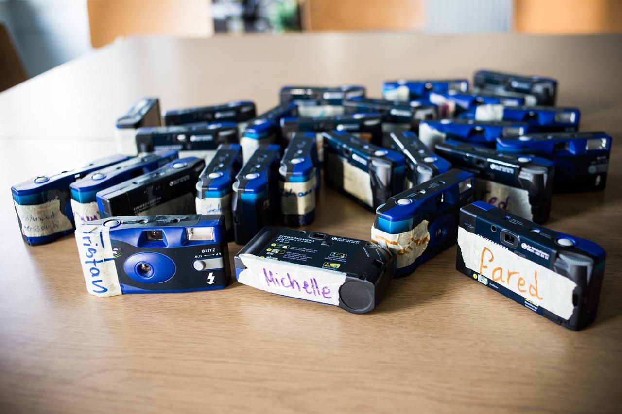 Mit Namen versehene Einwegkameras der Workshopteilnehmer. Foto: Nora Klein