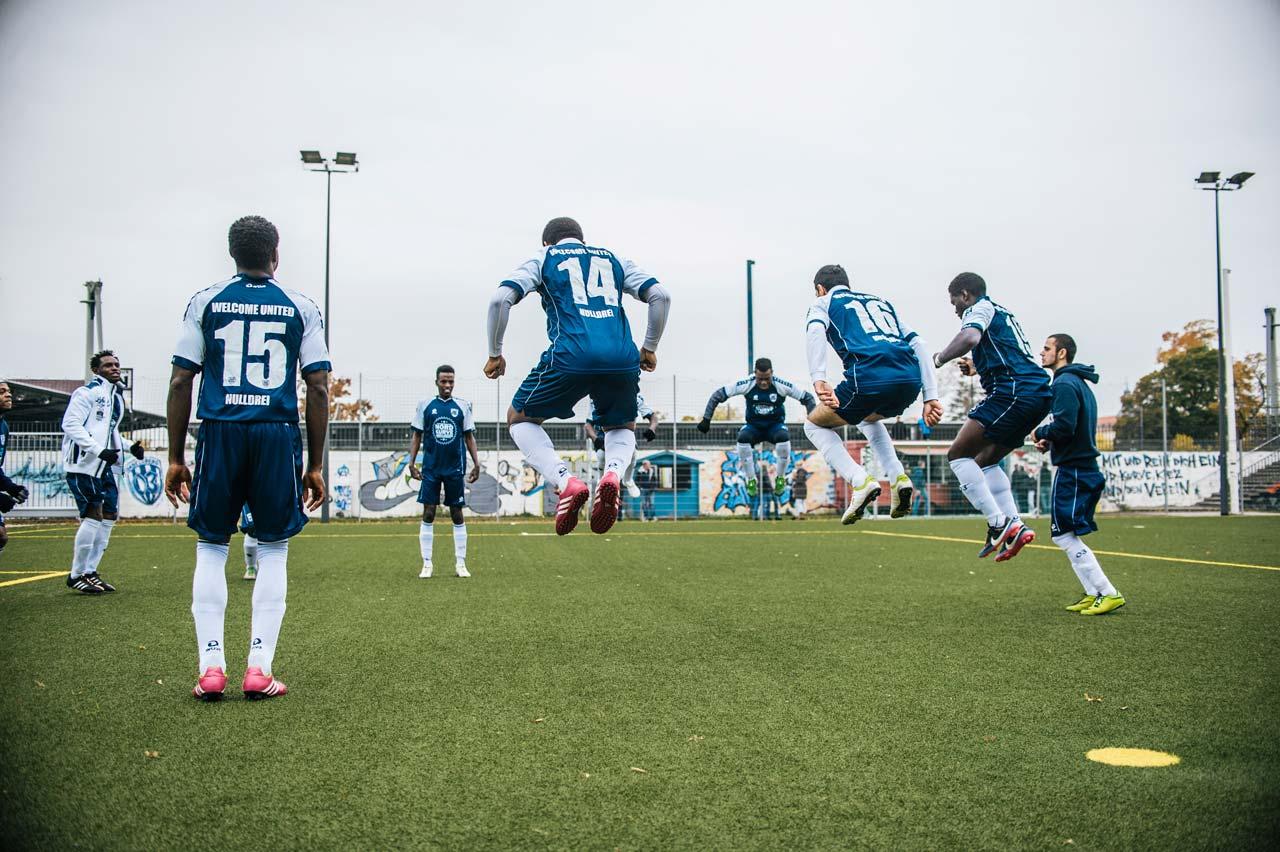 Aus der Serie »Welcome United«. Die Fußballmannschaft, deren Spieler alle geflüchtet sind, spielt seit der Saison 2015/16 in der 2. Kreisklasse C Brandenburg. Foto: Stefan Hoederath