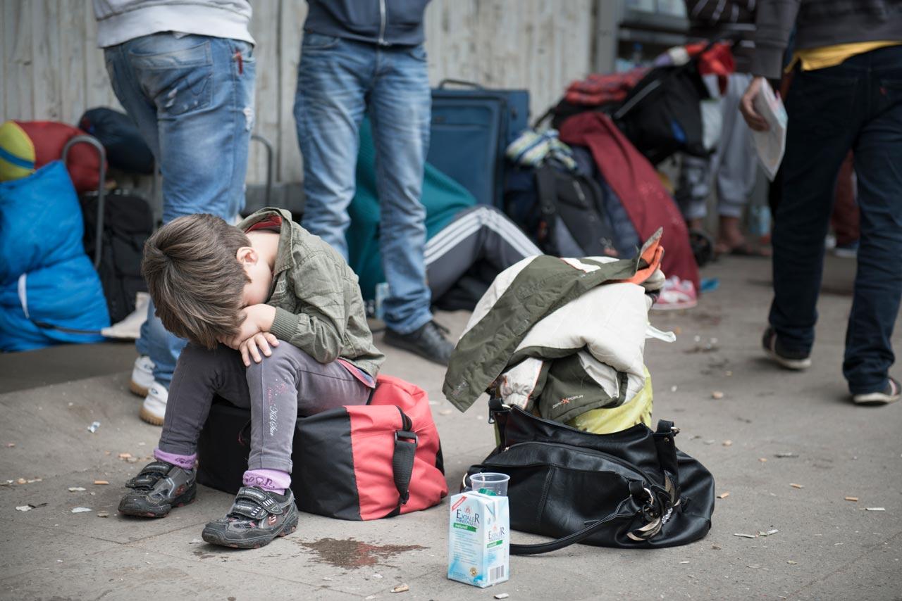 Aus der Serie »Angekommen: Das lange Warten« – Seit Tagen warten Flüchtlinge auf ihre Registrierung vor dem Berliner Landesamt für Gesundheit und Soziales (LAGESo). Foto: Andrea Künzig