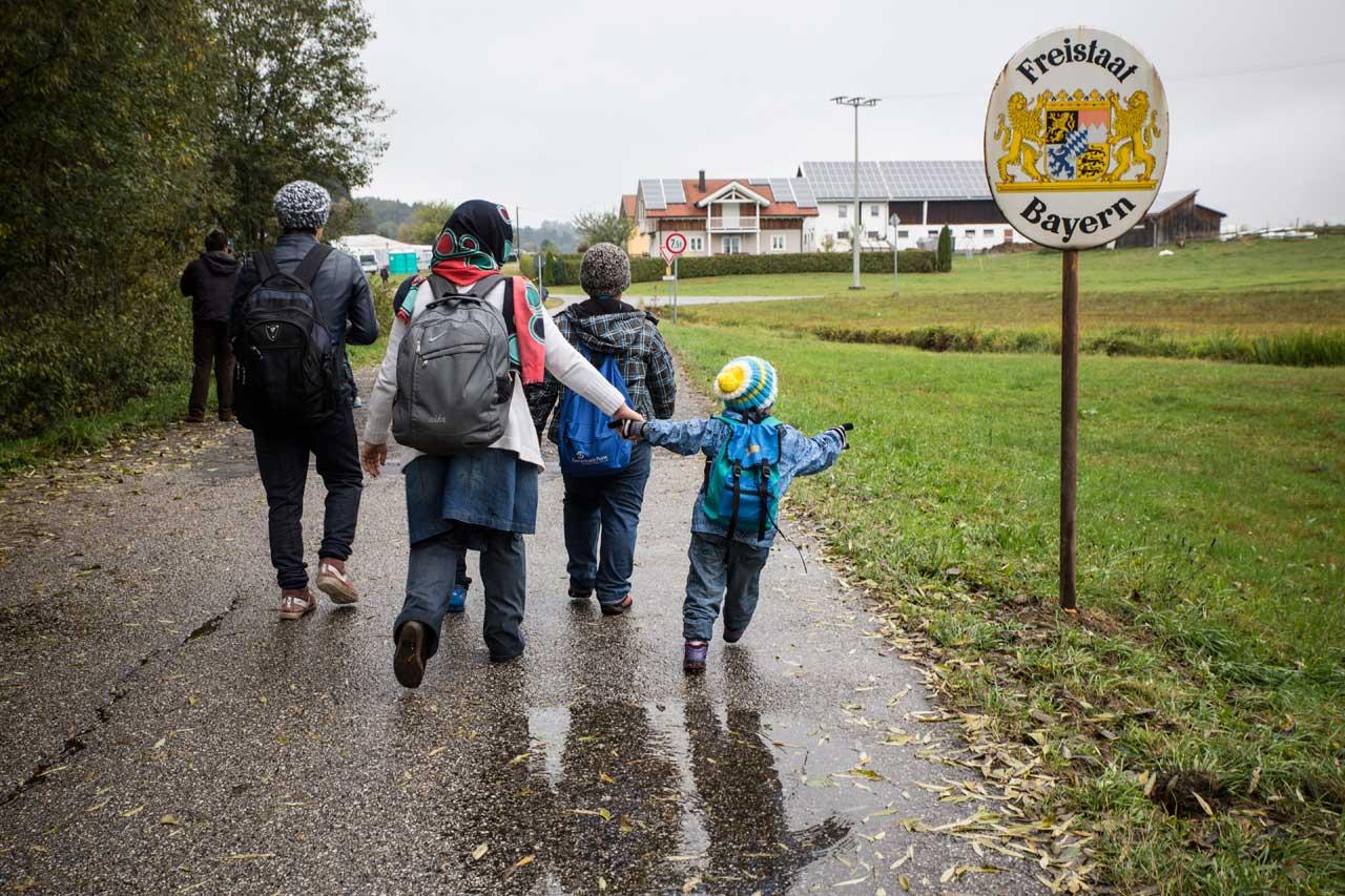 Flüchtlinge, die über die grüne Grenze von Österreich bei Julbach nach Breitenberg in Deutschland laufen. Foto: Quirin Leppert