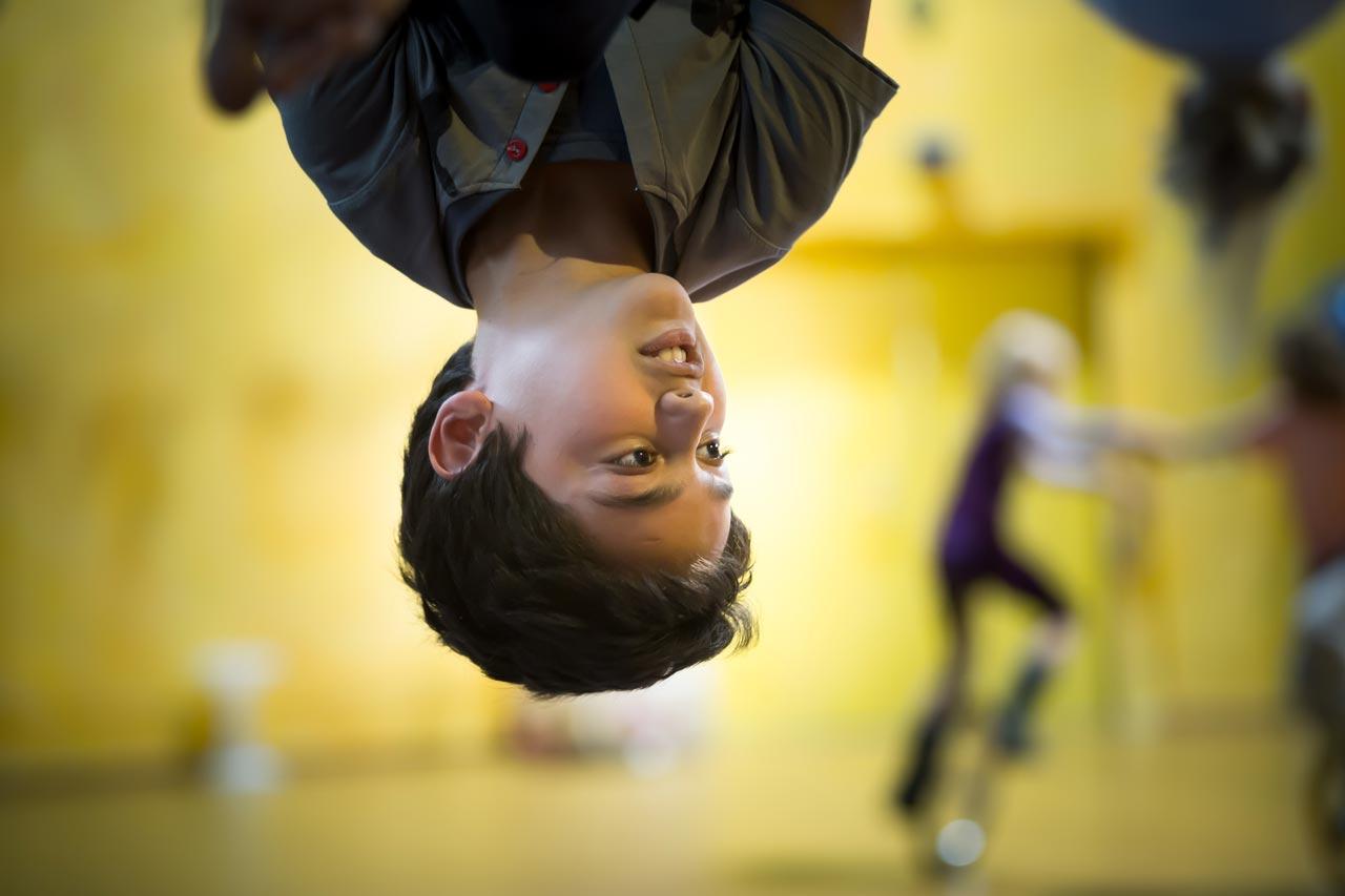 Mahdi, 9, aus Afghanistan am Trapez des Zirkus Rambazotti in Kassel. Foto: Heiko Meyer