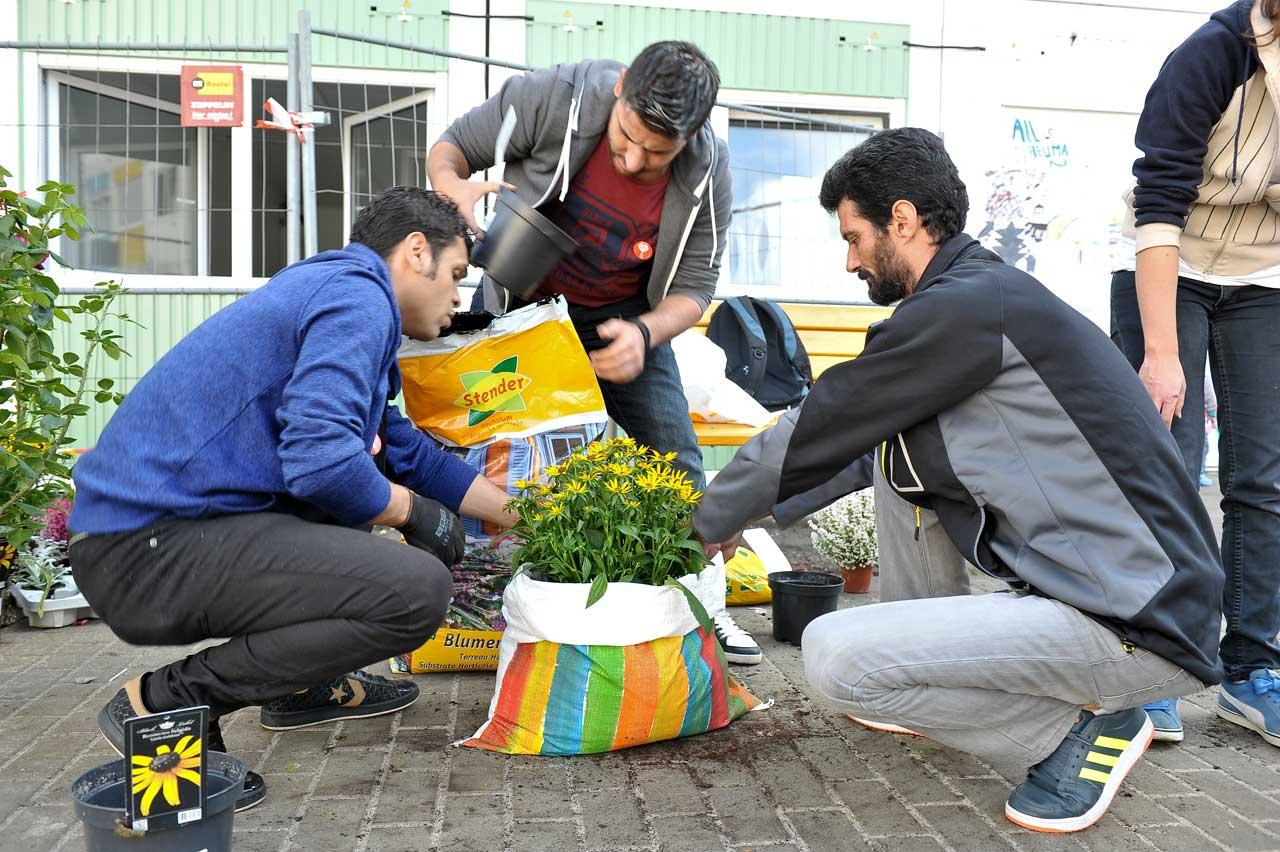 Engagement beim Berliner Freiwilligentag in der Flüchtlingsunterkunft am Hohentwielsteig in Berlin Zehlendorf. Foto: Katrin Neuhauser