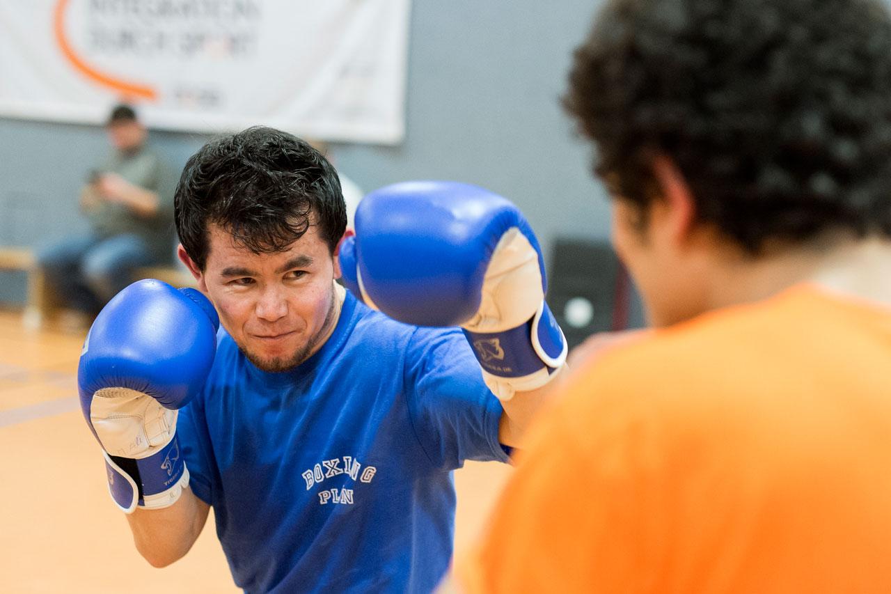 M. Ali Haidari, 20 aus Afghanistan beim Boxtraining in einer Sporthalle in Plön. Foto: Bente Stachowske