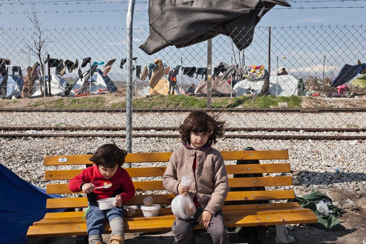 Aus der Serie »Being a child refugee«. Syrische Geschwister im Flüchtlingslager von Idomeni, Griechenland. Foto: Murat Türemis