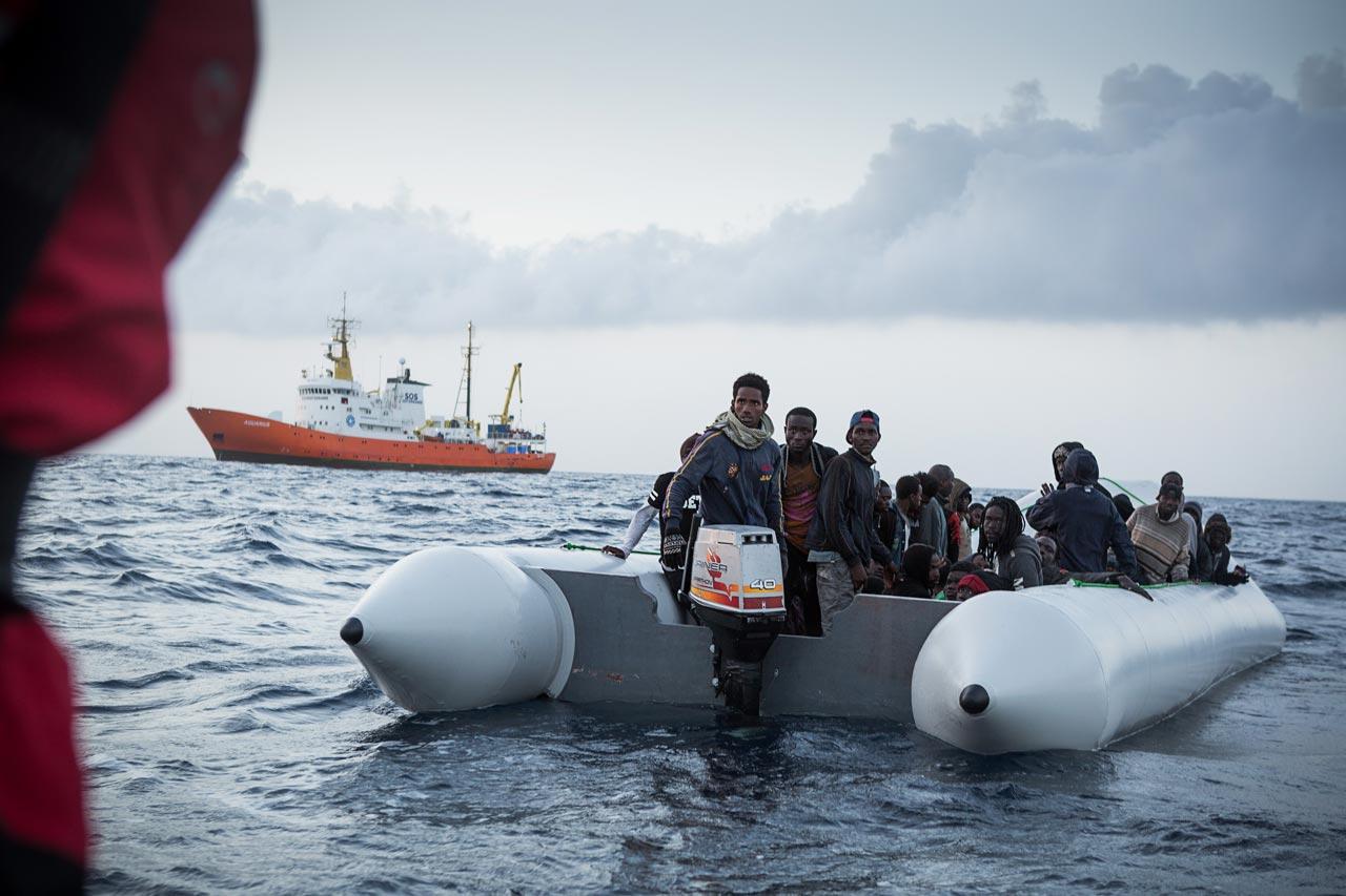 Aus der Serie »SOS Mediteranee«. Rettung von in Seenot geratenen Migranten vor der libyschen Küste. Foto: Lucas Wahl