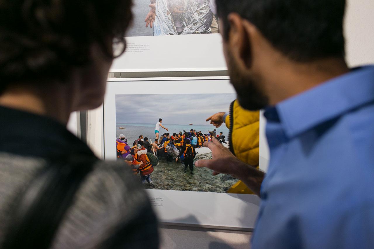 Vernissage der Ausstellung »Angekommen!?« mit Fotografien zu Flucht und Ankunft in Deutschland in der Landesvertretung Rheinland-Pfalz in Berlin. Foto: Jens Gyarmaty